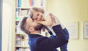Ojciec pocałował córkę