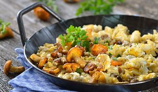 Jajecznica z kurkami to obowiązkowe danie do przygotowania w lecie