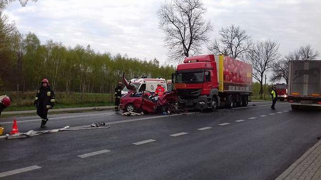 Czołowe zderzenie z ciężarówką. Kierowca hondy nie żyje