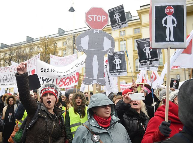 Protest pracowników prokuratur i sądów przed Kancelarią Premiera Rady Ministrów w listopadzie 2017 roku