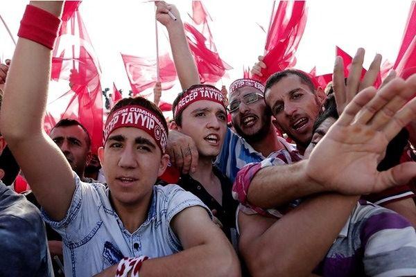 Dziesiątki tysięcy Turków protestujących przeciw atakom kurdyjskiej PKK