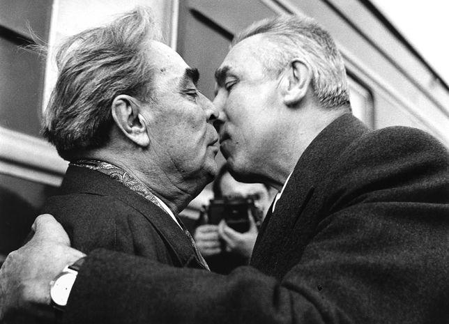 Edward Gierek (z prawej) wita na Dworcu Gdańskim w Warszawie Leonida Breżniewa, sekretarza generalnego KC KPZR. 16 kwietnia 1974 r.