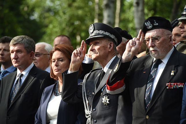 Żołnierze Armii Krajowej, uczestnicy Powstania Warszawskiego podczas uroczystości przed pomnikiem Gloria Victis na Wojskowych Powązkach