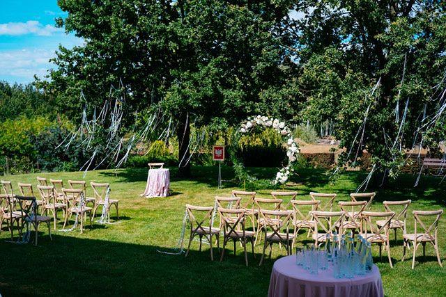 Dekoracje ślubu plenerowego w prywatnym ogrodzie Pary Młodej - kwiaciarnia Pokusa fot. Marcin Chruściel