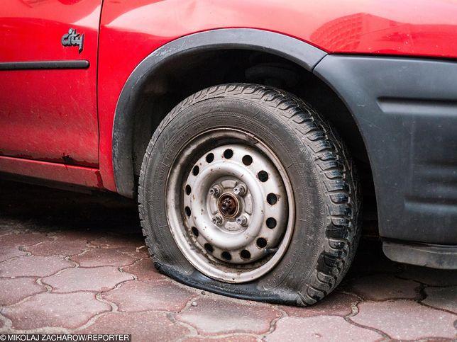 Poprzebijał opony w autach działaczy PiS. Kuriozalne tłumaczenie