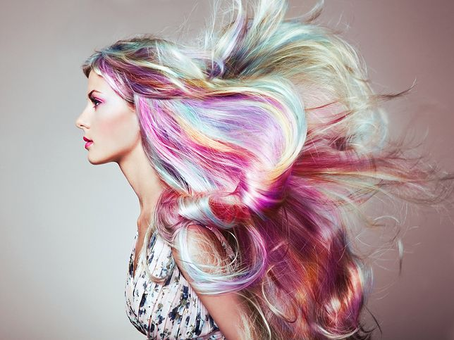 Holograficzne włosy to jeden z najodważniejszych trendów we fryzjerstwie