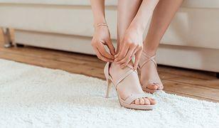 Beżowe sandały na obcasie pasują do różnych sukienek