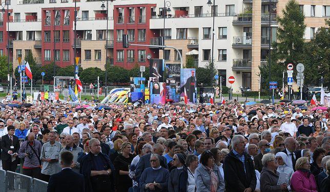 Warszawa. Wierni zgromadzili się na Placu przed Świątynią Opatrzności Bożej [ZDJĘCIA]