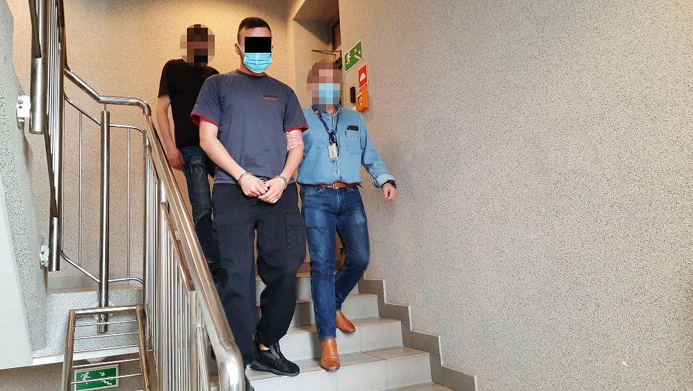 Warszawa. Dwaj ochroniarze z patrolu interwencyjnego schwytali mężczyznę, którego podejrzewali o uszkodzenie ich samochodu. Bili i zastraszyli swoją ofiarę, zmuszając do wypłacenia z bankomatu pieniędzy, które miały pokryć straty (Polija)