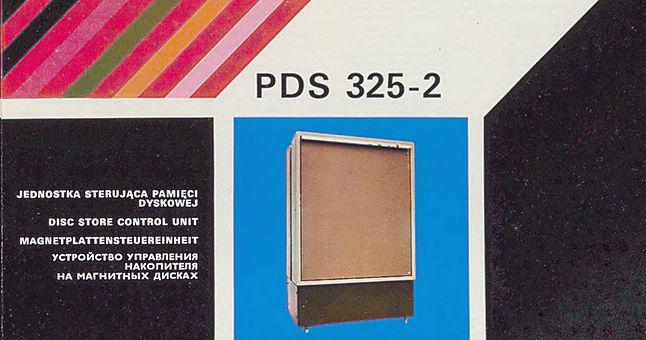 Obwoluta broszury informacyjnej dotyczącej sterownika pamięci PDS 325. Model 325- zawierał dwa moduły sterujące, mogące obsłużyć łącznie do 12 czytników magnetycznych pamięci dyskowych.