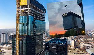 Wtargnęli na szczyt najwyższego budynku w Katowicach i skoczyli ze spadochronu. Jest nagranie