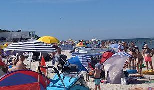 Wakacje 2020: Zatłoczona plaża w Dębkach