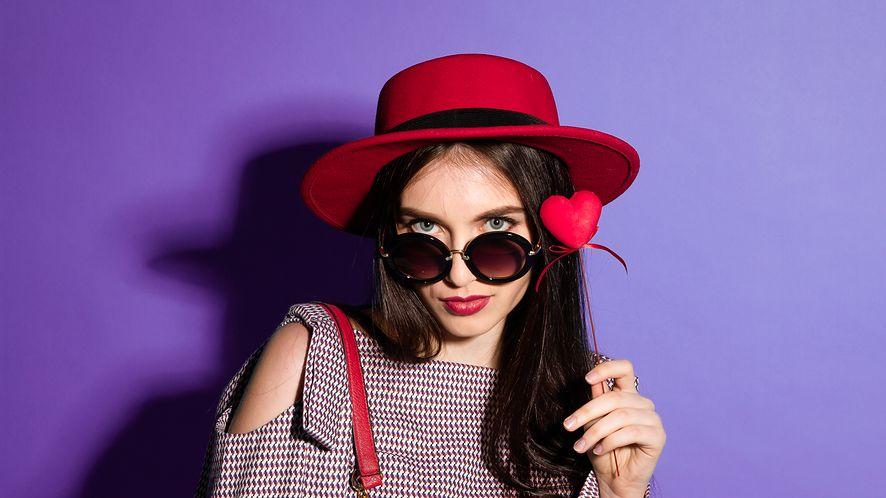 Kobieta w czerwonej fedorze z depositphotos