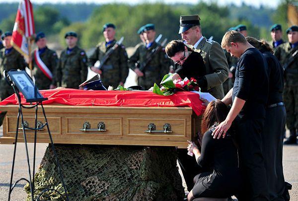 Trumna z ciałem poległego na misji w Afganistanie żołnierza Wielonarodowego Korpusu Północno-Wschodniego st. chor. Rafała Celebudzkiego