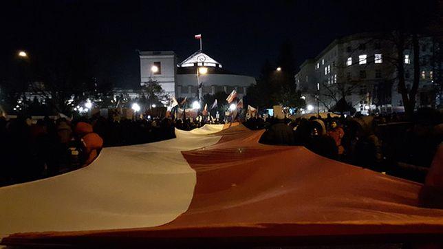 Protest przed Sejmem. Zdaniem eksperta sprawa ustaw dotyczących sądownictwa ostatecznie nie zaszkodziła PiS