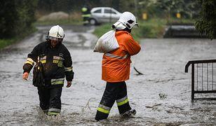 Intensywny deszcz i burze na południu Polski. Groźba kolejnych podtopień i alarmów powodziowych