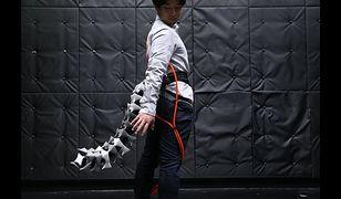 Japończycy stworzyli mechaniczny ogon dla człowieka.