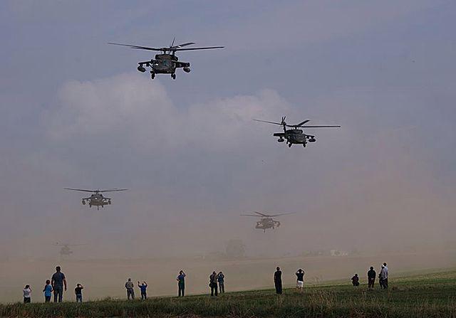 US Army na polu rzepaku we wsi Gruta - zdjęcia