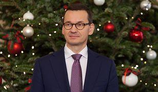 """Mateusz Morawiecki pochwalił się choinką. """"Po cichu liczę, że znajdę coś pod drzewkiem"""""""