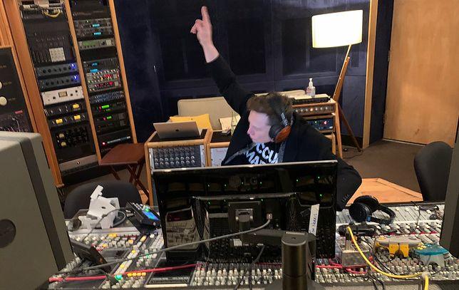 Elon Musk podczas nagrywania swojego pierwszego utworu