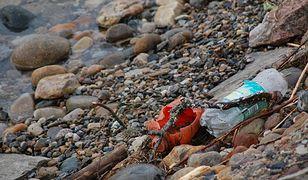Plastik zamienia się w obiekty do złudzenia przypominające skały. Może być wszędzie wokół nas.