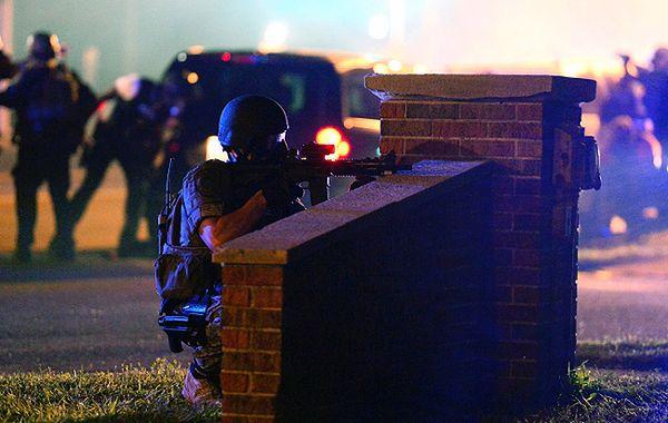Zamieszki w Ferguson. Policja uzbrojona za bardzo?