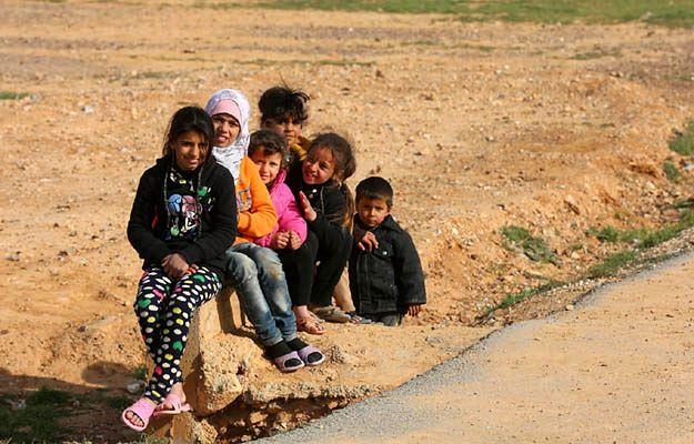 Syryjskie dzieci w obozie w Jordanii - nieletni są narażeni na przemoc, także seksualną