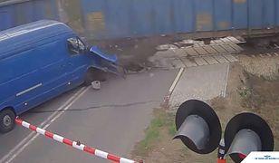 Mercedes wjechał w pociąg na przejeździe kolejowym. Kolizję nagrała kamera