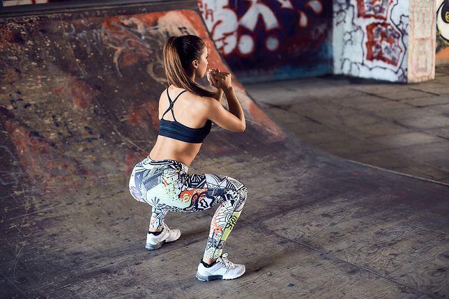 Wyzwanie przysiady trwa 30 dni i pozwala wzmocnić mięśnie ud i pośladków