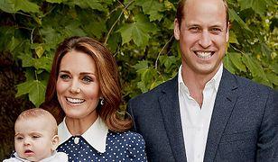 Niebieska sukienka jak ta księżnej Kate do kupienia w sieciówce. Jest na wyprzedaży