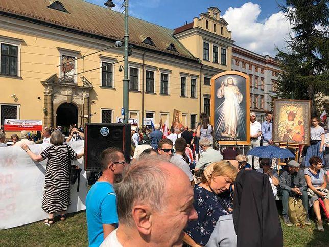 W Krakowie odbywa się demonstracja w obronie abp. Marka Jędraszewskiego