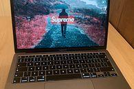 MacBook Air 2020 – recenzja laptopa i macOS okiem użytkownika Windowsa i Linuksa - Czy tapeta Supreme fituje ze stolikiem z Ikei? O to jest pytanie