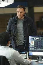 Owain Yeoman kontra Supergirl