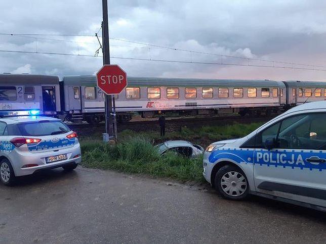 Zderzenie osobówki z pociągiem na niestrzeżonym przejeździe