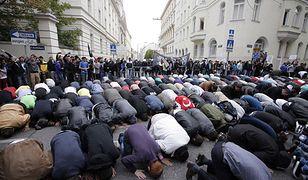 Muzułmanie modlą się na ulicy Wiednia w czasie protestu przed ambasadą USA w 2012 roku