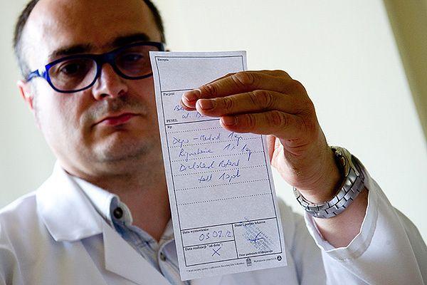 Specjalista ortopeda Dariusz Tąpała wypisuje 3 lipca w prywatnym gabinecie receptę według wzoru Naczelnej Rady Lekarskiej