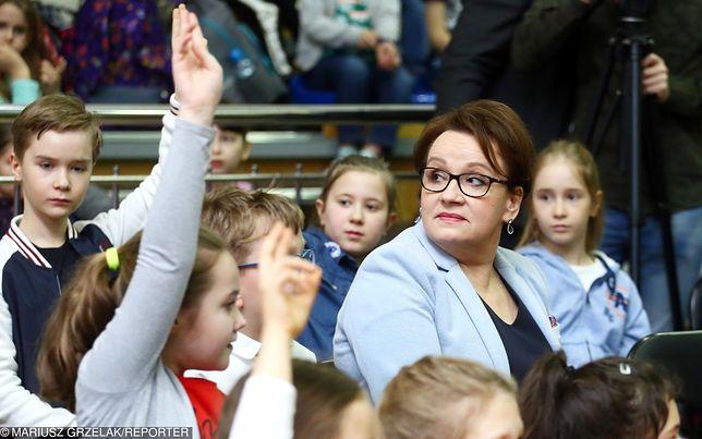 Minister Anna Zalewska obiecała ciepłe posiłki dla wszystkich uczniów