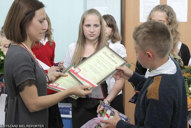 Dawanie nauczycielom drobnych prezentów nie budzi zastrzeżeń. Co innego, gdy są one większej wartości
