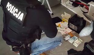 Policja u króla dopalaczy: Skuli ściany i zerwali podłogi, w skrytkach odnaleźli milion zł w gotówce i broń palną