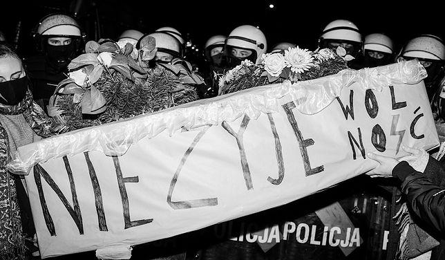 Na naszych oczach dzieje się historia. Te zdjęcia to symbol Strajku Kobiet