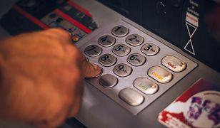 Przerwy w bankach. Jeśli masz w nich konto, lepiej wypłać gotówkę