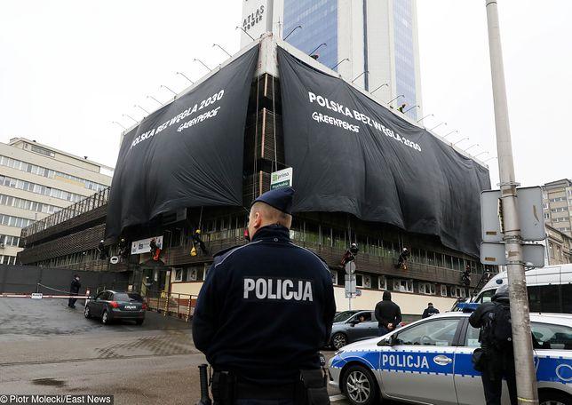 Aktywiści rozwiesili baner na biurze PiS przy ul. Nowogrodzkiej