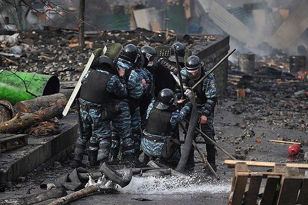 Członkowie Berkutu na ulicy Kijowa