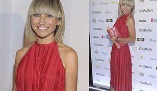 Bardzo szczupła Marzena Sienkiewicz w czerwonej sukience