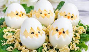Jajka faszerowane inaczej. Jak zrobić wielkanocne kurczaczki?