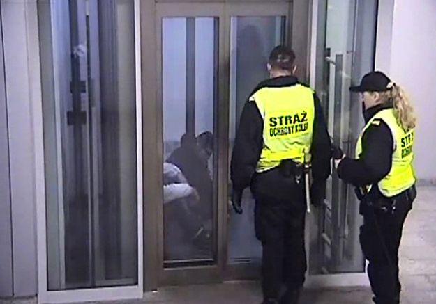 Zamknęli windę na poznańskim dworcu, by nie spali tam bezdomni