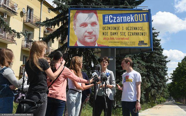 """Przemysław Czarnek zareagował na akcję bilbordową """"Czarnek Out"""""""