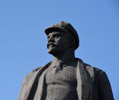 Pomnik Lenina w Nowosybirsku pomalowany w barwy Ukrainy