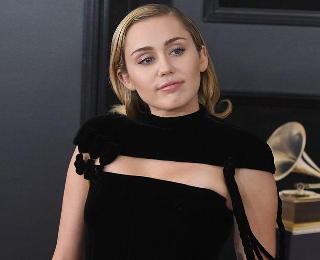 Miley Cyrus odpoczywa na wakacjach. Pozuje na leżaku