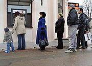 Bankomat wypłacał za dużo pieniędzy. Ustawiła się do niego kolejka